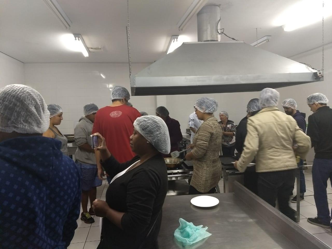 Barraqueiros do Festival do Camarão participam de curso de manipulação de alimentos (Fotos: Divulgação)